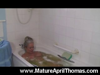mature slut washing her old pussy